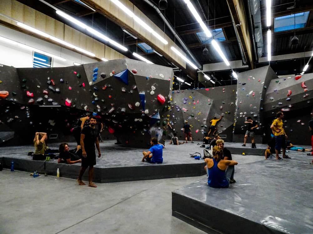 Der Eingangsbereich der Boulderhalle ist weitläufig und gut angelegt - und auch die Höhe ist sehr angenehm