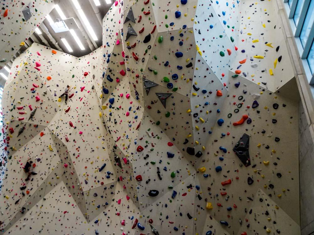 Willkommen in der großen Kletterhalle - hier die Hauptwand mit starkem Überhang