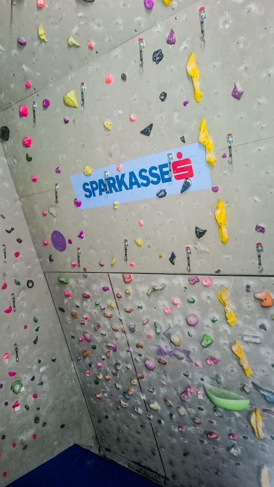 Mit schwarzem Rand umzogen: Die große Boulderwand zum herausfahren - darüber gehen die Kletterrouten weiter bis in den Dachfirst