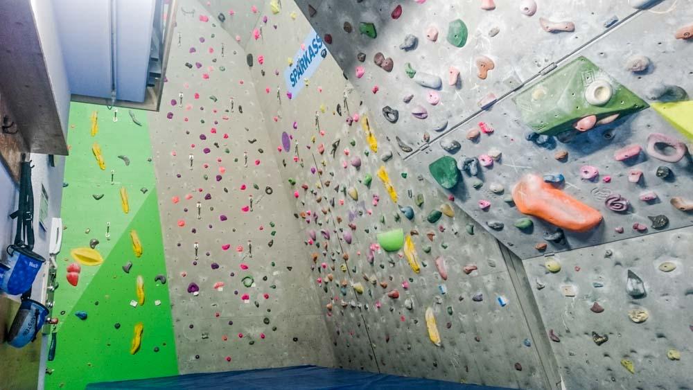 Der untere Teil der 1.Platte rechts vom Eck lässt sich herausfahren und als Boulderwand beliebig verstellen