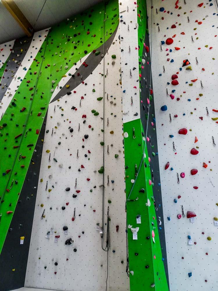 Der Kurs- und Trainingsbereich hat eine deutlich reduzierte Kletterhöhe und mehrere Top-Rope Seile mit leichten Routen