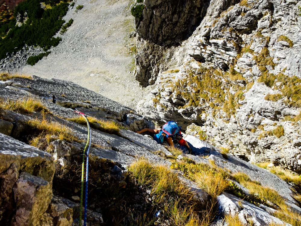 Nach dem 1. Quergang beginnt die echte Kletterei - eine wunderschöne Plattenrampe führt in der 4. und 5.Seillänge nach oben
